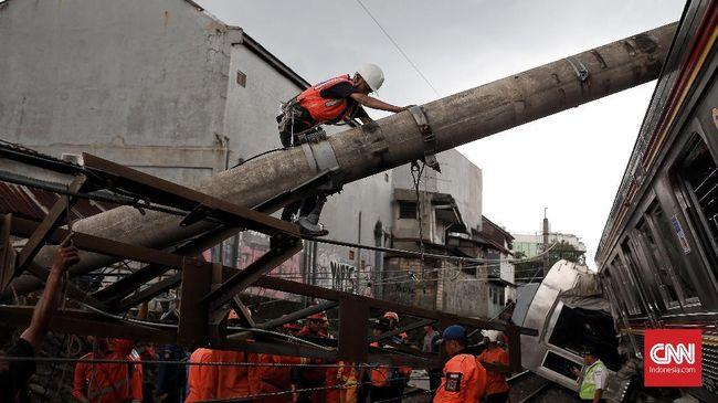 Petugas Terjepit Besi Runtuhan Tiang Saat Evakuasi KRL Anjlok