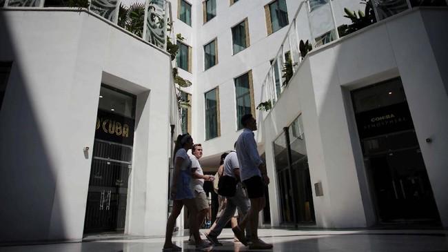 """Gran Hotel Manzanayang dikelola oleh perusahaan wisata pemerintah Kuba, Gaviota.Hotel ini menyediakan """"lapak-lapak"""" toko mewah sehingga tamu yang menginap tidak perlu jauh-jauh keluar hotel untuk menghabiskan uangnya."""