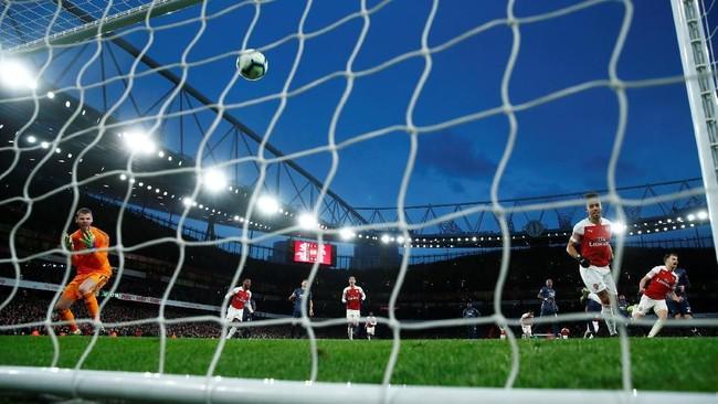 David De Gea tampak kecewa gawangnya kembali kebobolan, kali ini melalu penalti Pierre Emerick Aubameyang pada menit ke-69. (REUTERS/Eddie Keogh)