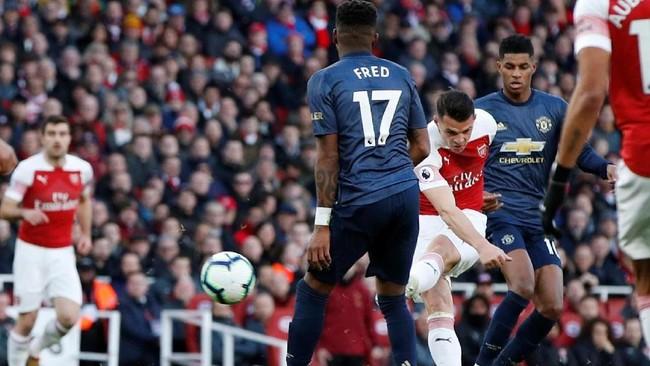 Gelandang ArsenalGranit Xhaka membobol gawang Setan Merah pada menit ke-12. Tendangannya yang mengarah ke gawang sebelah kanan tak mampu ditepus David De Gea. (Reuters/John Sibley)