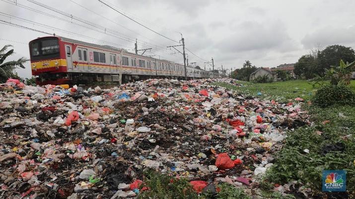 Jorok, Sampah Ratusan Meter Menumpuk di Pinggir Rel Kereta