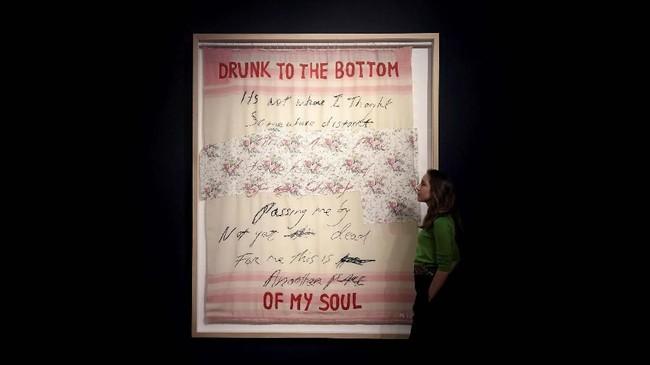 Koleksi Michael disebut menguarkan semangat revolusioner, sebab seniman-seniman pilihannya dinamis dan mendedikasikan hidup pada seni. (REUTERS/Toby Melville)