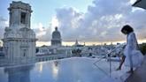 Kolam renang di atas atap Gran Manzana Hotel, Kuba.