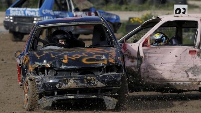Hanya satu dari sepuluh mobil yang hancur masih dalam kondisi cukup baik dan bisa dikendarai sehingga berhasil memenangkan kejuaran yang digelar di Ta 'Qali, Malta, pada Minggu (10/3). (REUTERS/Darrin Zammit Lupi)