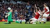Kiper Arsenal Bernd Leno melakukan penyelamatan dari tendangan Romelu Lukaku. The Gunner juga nyaris kebobolan pada menit kesembilan, bola tendangan Lukaku membentur mistar gawang umpan dari Luke Shaw. (Reuters/John Sibley)