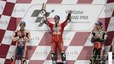 Andrea Dovizioso menjadi juara MotoGP Qatar untuk kali kedua setelah 2018. Sama seperti musim lalu, Marquez harus puas di peringkat kedua. Sementara Cal Crutchlow menjadi pebalap urutan terakhir di podium. (REUTERS/Ibraheem Al Omari)