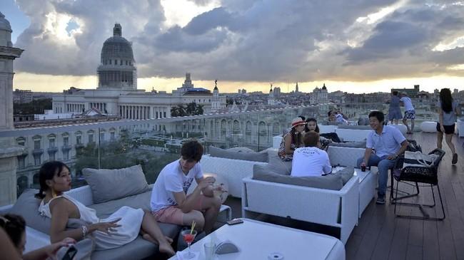 Tamu asyik kongko di bar atas atap Gran Manzana Hotel, Havana, Kuba.Sepanjang tahun lalu Kuba dikunjungi 4,7 juta turis. Kamar hotel tentu saja menjadi bisnis yang potensial di negara ini.
