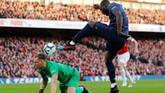 Striker Man United Romelu Lukaku kembali membuat ancaman serius ke gawang Arsenal yang dijaga Bernd Leno. (REUTERS/Eddie Keogh)