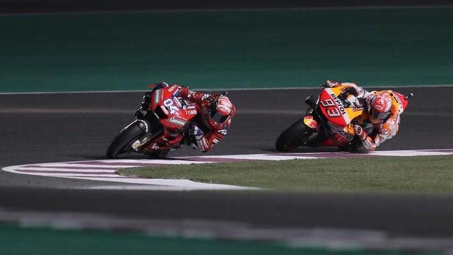 Andrea Dovizioso dan Marc Marquez terlibat persaingan sengit dalam perebutan posisi terdepan. Berulang kali kedua pebalap saling tukar posisi memimpin balapan. (REUTERS/Ibraheem Al Omari)