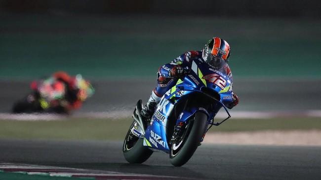 Alex Rins yang memperkuat Suzuki Ecstar memanaskan persaingan di posisi terdepan. Beberapa kali pebalap Spanyol itu 'mengganggu' Andrea Dovizioso dan Marc Marquez. Namun Rins akhirnya menyelesaikan balapan di peringkat keempat. (REUTERS/Ibraheem Al Omari)