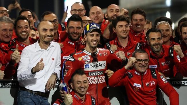Andrea Dovizioso merayakan keberhasilan memenangi seri pembuka MotoGP 2019 bersama tim Ducati. (REUTERS/Ibraheem Al Omari)