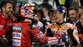 Andrea Dovizioso dan Marc Marquez bercengkerama usai bersaing selama 22 lap menyelesaikan MotoGP Qatar 2019. (REUTERS/Ibraheem Al Omari)