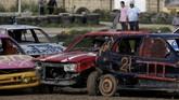 Mobil-mobil bekas yang menjadi 'korban' dicat beragam warna sebelum dikemudikan dan dihancurkan. (REUTERS/Darrin Zammit Lupi)