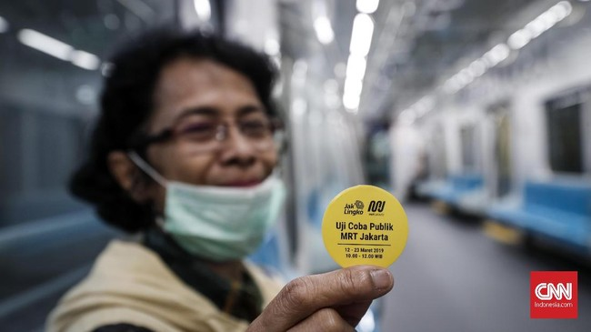 Warga ibu kota sudah bisa menjajal moda transportasi MRT Jakarta secara gratis selama masa uji coba mulai hari ini hingga 24 Maret 2019 mendatang. (CNNIndonesia/Safir Makki).