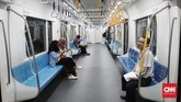 Warga juga belum terlihat antusias untuk menjajal moda transportasi baru ini. Hal ini terlihat dari gerbong-gerbong MRT yang masih memiliki banyak ruang kosong. (CNNIndonesia/Safir Makki).