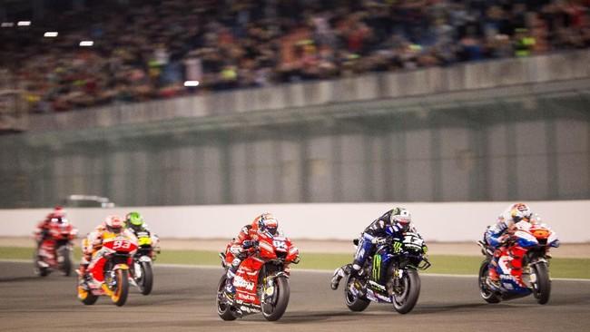 Start dari posisi pole, Maverick Vinales (tengah) kembali tidak konsisten saat balapan. Vinales langsung tercecer ke posisi enam di tikungan pertama balapan dan finis ketujuh, dua posisi lebih buruk daripada Valentino Rossi yang start dari posisi 14. (REUTERS)