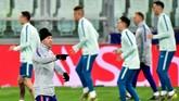 Diego Simeone memimpin latihan Atletico Madrid di Stadion Juventus. (REUTERS/Massimo Pinca)