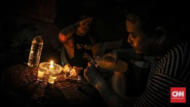 Aroma yang khas dan berefek menghangatkan badan membuat banyak orang setia meminum Ciu. mereka menuturkan meminum Ciu berkadar 30 persen tidak membuat mabuk yang berefek sakit kepala esok harinya, tak seperti efek yang dihasilkan dari mengkonsumsi miras racikan pabrik. (CNN Indonesia/ Hesti Rika)