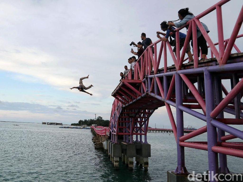 Jembatan Cinta pun menjadi salah satu tempat favorit yang dikunjungi bagi para wisatawan yang berkunjung ke Pulau Tidung.