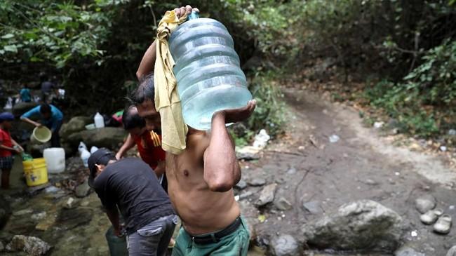 Penduduk Venezuela berharap penderitaan mereka lekas berakhir dan kehidupan kembali seperti semula. (REUTERS/Manaure Quintero)