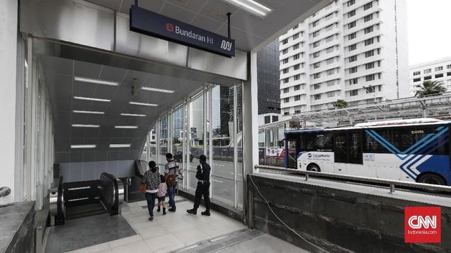 Masyarakat yang akan menggunakan MRT Jakarta selama masa uji coba dapat masuk melalui pintu 1, 2, 5 dan 6 di Stasiun MRT Bundaran Hotel Indonesia.(CNNIndonesia/Safir Makki).