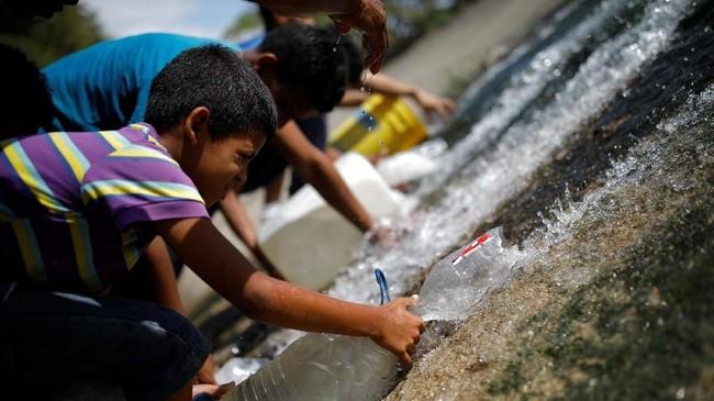 Yang paling terdampak karena krisis air di Venezuela adalah anak-anak. (REUTERS/Carlos Garcia Rawlins)
