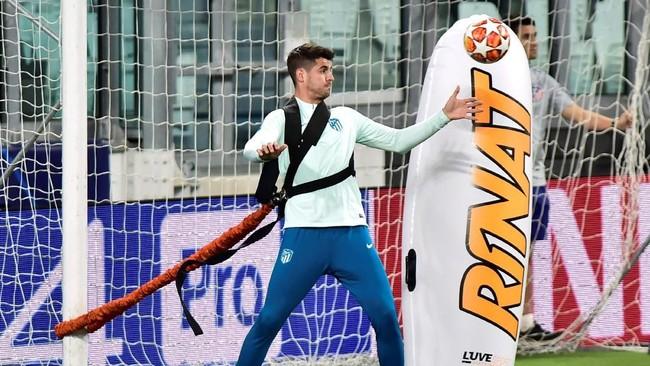 Alvaro Morata melakukan latihan dengan menggunakan alat bantu. (REUTERS/Massimo Pinca)