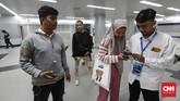 Penumpang hanya wajib menunjukkan bukti tiket dan kartu identitas kepada petugas stasiun, setelah sebelumnya mendaftar melalui website MRT Jakarta.(CNNIndonesia/Safir Makki).