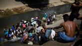 Krisis air di Venezuela berdampak terhadap warga dari kalangan bawah hingga atas. Mereka mengeluh sulit berkegiatan sehari-hari. (REUTERS/Carlos Garcia Rawlins)