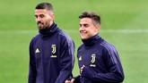 Paulo Dybala yang menjadi pencetak gol terbanyak Juventus di Liga Champions 2018/2019 dengan lima gol berbincang dengan Leonardo Spinazzola. (REUTERS/Massimo Pinca)