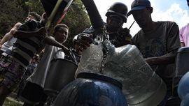 FOTO: Berebut Air di Venezuela