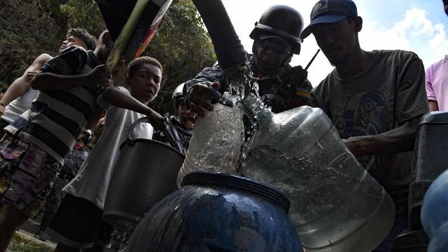 Warga sampai berebut mendapatkan air dari sungai dan selokan untuk kebutuhan sehari-hari. (Photo by Yuri CORTEZ / AFP)