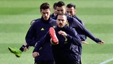 Leonardo Bonucci memimpin sebuah barisan pemain Juventus yang sedang melakukan pemanasan. (REUTERS/Massimo Pinca)