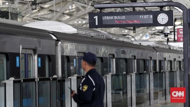 Selama masa uji coba, kedatangan kereta setiap 10 menit sekali. (CNNIndonesia/Safir Makki).