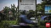Papan bertuliskan sentra penghasil alkohol menyambut saat memasuki Desa Bekonang yang terletak di kecamatan Mojolaban, Sukoharjo. Produksi alkohol di Desa Bekonang sendiri sudah ada sejak zaman penjajahan Belanda. (CNN Indonesia/ Hesti Rika)