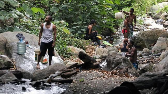 Di mata penduduk Venezuela, mereka menyalahkan politikus dan pemerintah atas krisis ekonomi, listrik, dan air yang mereka alami. (REUTERS/Manaure Quintero)