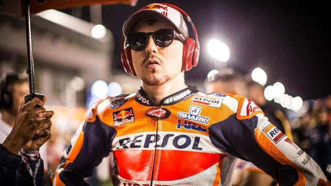 Kecelakaan yang terjadi di latihan bebas membuat Jorge Lorenzo kesulitan di penampilan debut bersama Repsol Honda di MotoGP. Start dari posisi 15, juara dunia MotoGP tiga kali itu finis di posisi ke-13. (REUTERS)