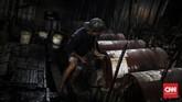 Pada zaman dahulu proses destilasi saat pembakaran, menggunakan tungku kuali dari tanah liat dengan kayu bakar, akan tetapi saat ini untuk mempercepat proses pembakaran menggunakan drum2 dari baja. (CNN Indonesia/ Hesti Rika)