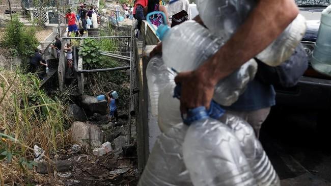 Presiden Nicolas Maduro menuding pemadaman listrik yang berdampak terhadap kelangkaan air adalah ulah Amerika Serikat. (REUTERS/Manaure Quintero)