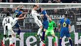Cristiano Ronaldomencetak gol kedua ke gawang Atletico Madrid kembali melalui sundulan pada awal babak kedua berkat assist Joao Cancelo. (REUTERS/Massimo Pinca)