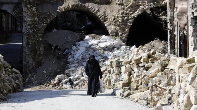 Kota bersejarah di Suriah, Aleppo, mulai dibenahi setelah hancur lebur karena perang saudara. Pemugaran dibantu Yayasan Aga Khan. (Photo by LOUAI BESHARA / AFP)