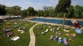 Suasana kolam renang umum Schoenbrunner Bad saat musim semi di Wina, Austria. (REUTERS/Leonhard Foeger)
