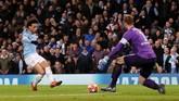 Leroy Sane mencetak gol ketiga bagi Man City setelah memanfaatkan umpan terobosan Oleksandr Zinchenko yang berhasil menembus kotak penalti Schalke. (Action Images via Reuters/Lee Smith)
