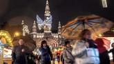 Keramaian pasar Natal di alun-alun Wina, Austria, yang berlangsung selama musim dingin. (JOE KLAMAR / AFP)