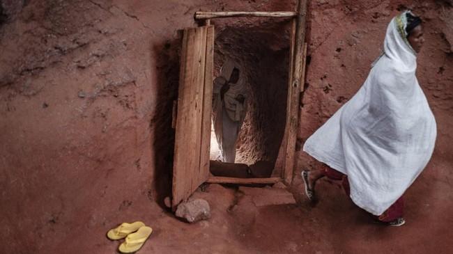 Ditetapkan sebagai situs Warisan Dunia oleh UNESCO sejak 1978, Gereja-gereja di Lalibela, Ethiopia inimemang unik. Di sekitar, juga ada tempat-tempat penampungan. (Photo by EDUARDO SOTERAS / AFP)