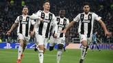 Ronaldo mengamuk dan membawa Juventus ke perempat final dengan mencetak hattrick. Usai laga, ia mengatakan memang direkrut Si Nyonya Tua untuk membawa keajaiban. (REUTERS/Alberto Lingria)