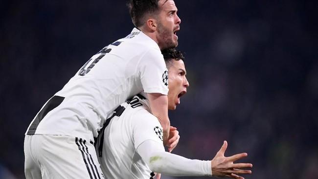 Miralem Pjanic langsung 'menyergap' Cristiano Ronaldo saat merayakan gol kedua Juventus. Lompatan Ronaldo dalam menanduk bola disebut fantastis. (REUTERS/Alberto Lingria)