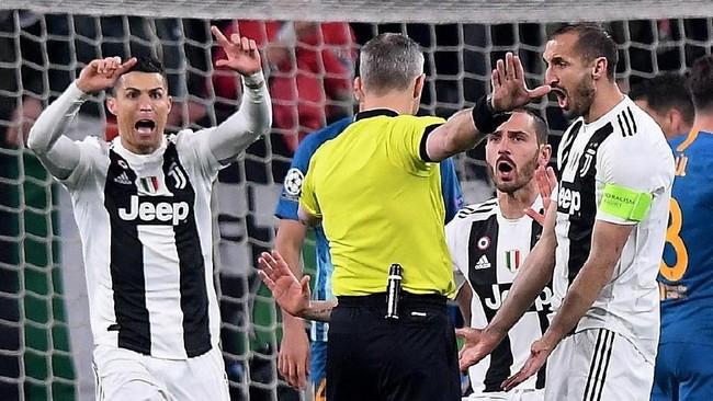 Cristiano Ronaldo sempat berang ke wasit Bjorn Kuipers karena menganulir gol bek Juventus Giorgio Chiellini pada menit keempat di leg kedua babak 16 besar Liga Champions 2018/2019, Selasa (12/3). (REUTERS/Alberto Lingria)