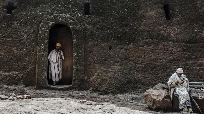 Namun komposisi bangunan yang terbuat dari batu membuat gereja tersebut rentan terhadap erosi dari hujan lebat Ethiopia. (Photo by EDUARDO SOTERAS / AFP)