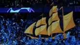 Sebelum laga antara Manchester City dan Schalke 04 berlangsung fan The Citizens menampilkan tifo kapal layar seperti gambar yang ada pada lambang klub kebanggaan mereka. (REUTERS/Andrew Yates)